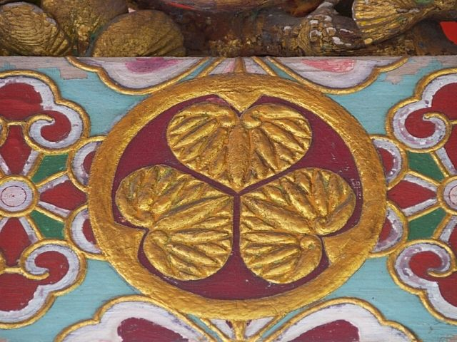 picture: a crest of the tokugawa family at toshogu temple