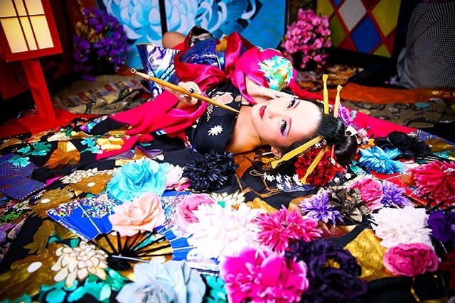 picture: a woman with bright kimono that imaged japanese oiran